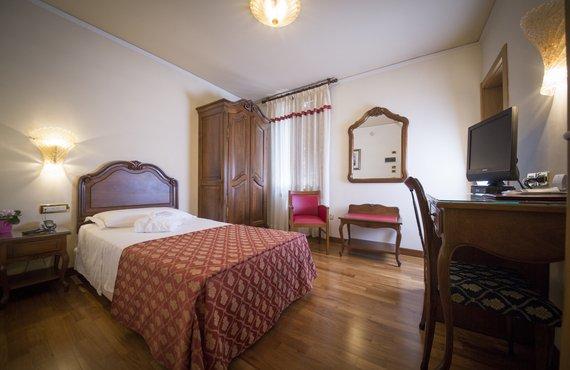 Camere a portogruaro con arredamento classico hotel spessotto - Arredamento camera singola ...